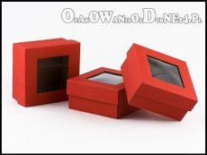 czerwone pudełka z okienkiem